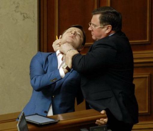 Адам Мартынюк пытался задушить Олега Ляшко. ФОТО. ВИДЕО.
