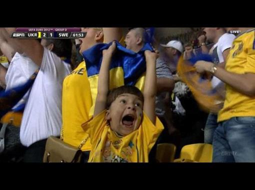 """Хлопчик-""""найщиріший фан України"""" став зіркою світового інтернету!"""