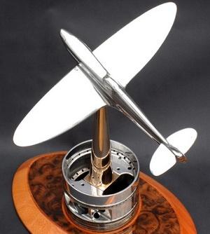 Модель истребителя Supermarine Spitfire выполнена из деталей двигателя Rolls-Royce