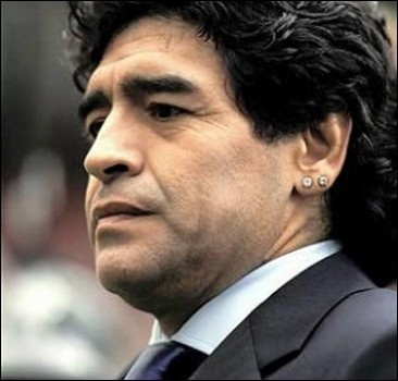 У Марадоны отобрали бриллиантовую серьгу за долги