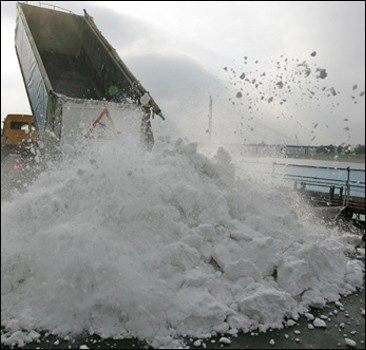 В Канаду грузовиками везут снег для Олимпиады
