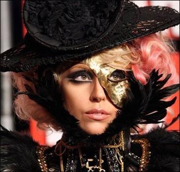 Леди Гага снова возглавила британский чарт