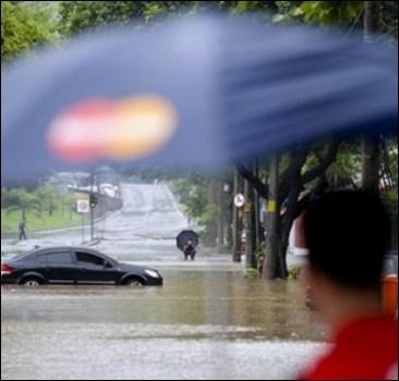 Наводнение в китайском Гуйлине: тысячи людей эвакуированы