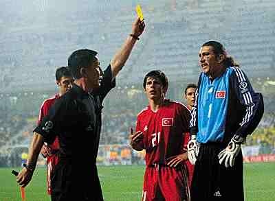 УЕФА будет поощрять игроков за желтые карточки