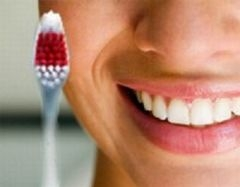Правильно чистить зубы: чем и как