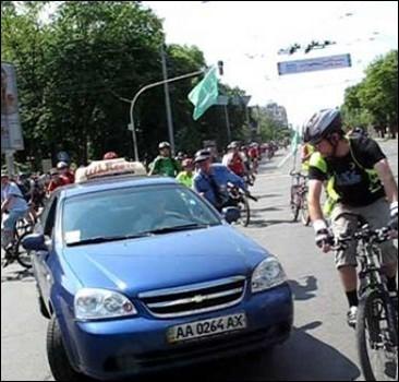 Таксист протаранил колонну велосипедистов и скрылся.