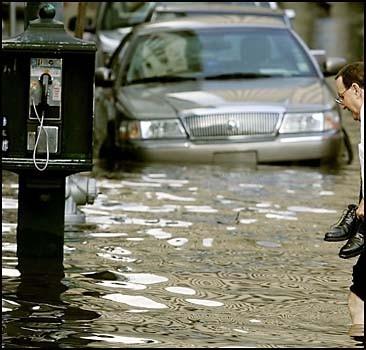 Вода прорвала дамбу: идет эвакуация людей