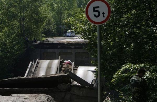 Мост обрушился из-за большого веса грузовика (7 фото)