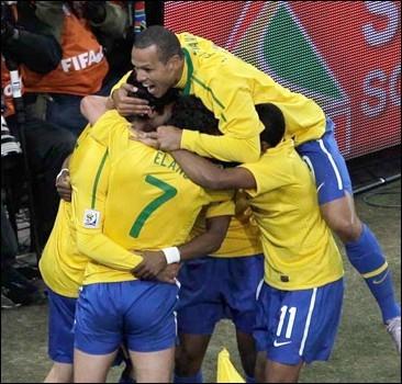 """ЧМ-2010: """"Рука Бога"""" провела Бразилию в следующий круг"""
