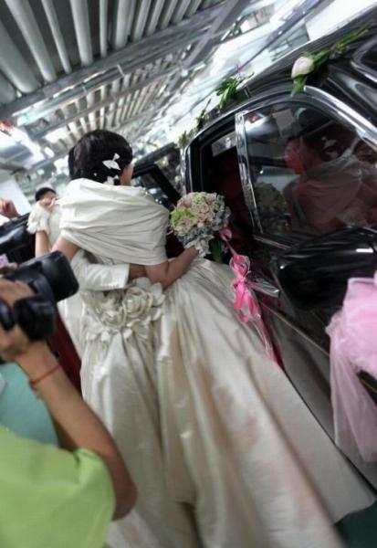На чем катают крутые свадьбы в Китае (20 фото)
