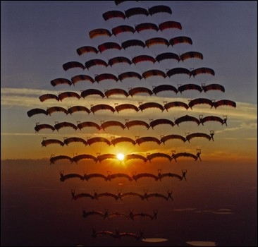 Что могут сделать 100 парашютистов.