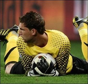 Голландия оказалась без основного вратаря накануне финала ЧМ-2010
