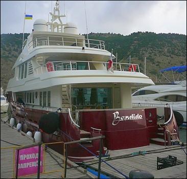 Сын Януковича прибыл в Крым на новой яхте.