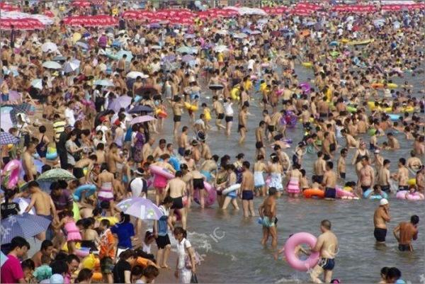 Китайцы на пляже (10 фото)
