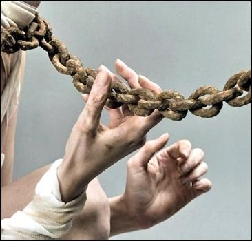 Женщина продала за границу 200 рабынь