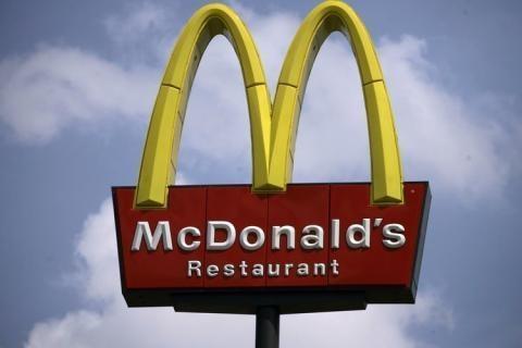 В Киеве пять парней разгромили Макдоналдс
