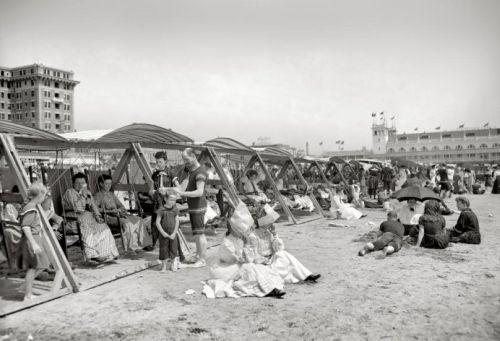 Как отдыхали на пляже сто лет назад