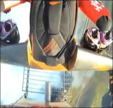 Человек-ракета сделал две мертвых петли. Видео