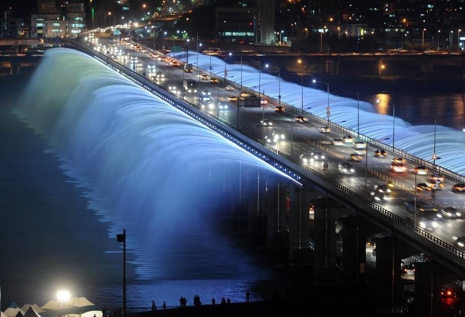Южная Корея, Сеул: Мост Банпо (Banpo) - мост, превращенный в фонтан