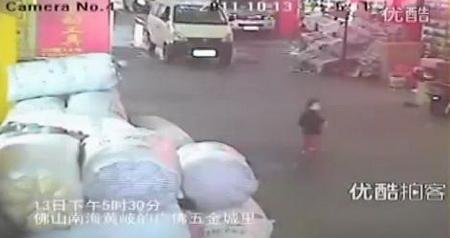 Ужасающие кадры: китайскую девочку дважды давили машины