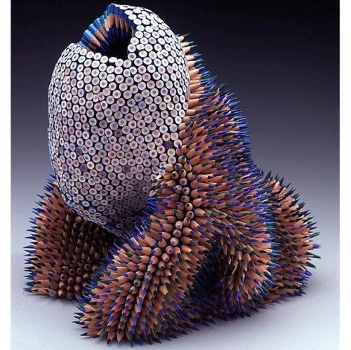 Идея создавать скульптуры из карандашей пришла к ней во время