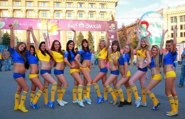 Украинки эротично поддержат сборную