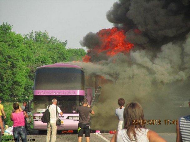 У Харкові дощенту згорів автобус, пасажири ледь встигли врятуватися (фото)