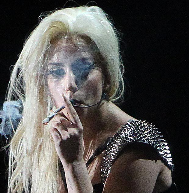 "Безсоромна Lady Gaga викурила ""косяк"" прямо на сценi в Амстердамi (вiдео)"