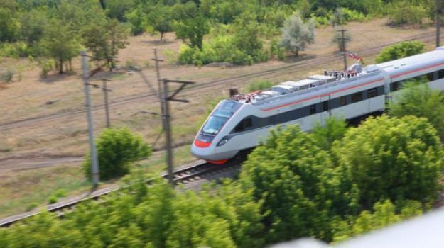 Гонка поездов: Крюковский экспресс обогнал Хюндай (видео)