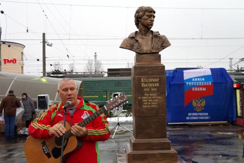 В надписи на памятнике Высоцкому в Тверской области допустили ошибку (фото)