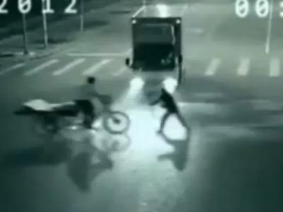"""В Китае камера видео наблюдения засняла """"телепортацию"""" человека (ВИДЕО)"""