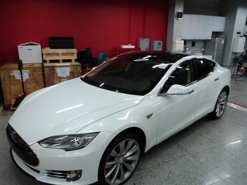 Первый электромобиль Tesla в Украине купил безработный житель Донецка